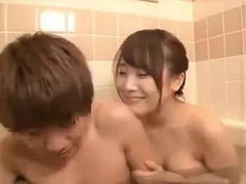 爆乳の姉が実家に帰ってきたので一緒にお風呂に入った陰キャの弟君がデカチチに発情して勃起wwwwそれに気づいた淫乱お姉ちゃんはオチンポ者ぷりついてそのままやっちゃったwwwww