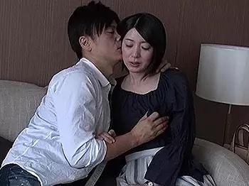 「夫以外とは久しぶりで、、。」久しぶりのセックスに緊張気味の可愛いスレンダー人妻とホテルで密会wwwwイケメンのヤリチンのテクニックに連続アクメの絶倫セックス!!