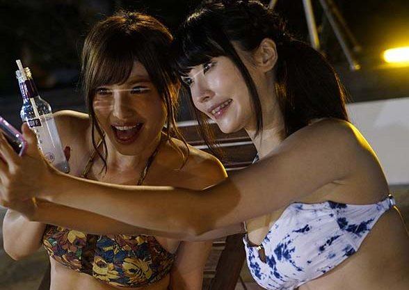 「ダメ、、皆んなにみられちゃう、、」ナイトプールにいた水着美女達を痴漢して無理矢理オチンポ入れて公衆の前でいっぱいイジワルしちゃったwwww