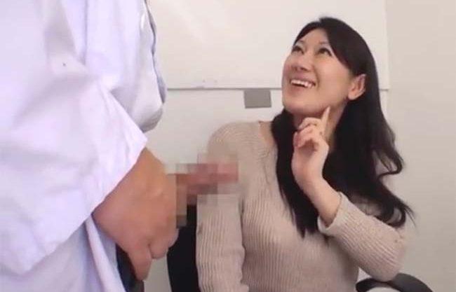 欲求不満の美人人妻が変態医師のデカチン見て欲情!他人棒の激ピスにメス顔でイキ狂い膣内激ピス生ハメ中出し不倫ファック敢行w