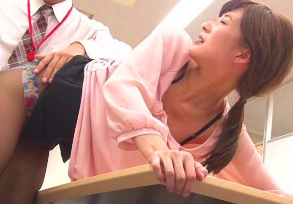 【美女】胸チラしてる女子社員に手を出す変態男「入れて♡」スケベスイッチON!社内で肉棒ぶち込み着衣激ピスファックww